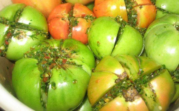 Резаные помидоры дольками (половинками) на зиму с луком и маслом, пальчики оближешь!