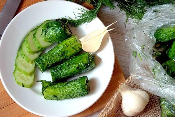 Малосольные огурцы в пакете с чесноком: рецепты быстрого приготовления от 5 минут!