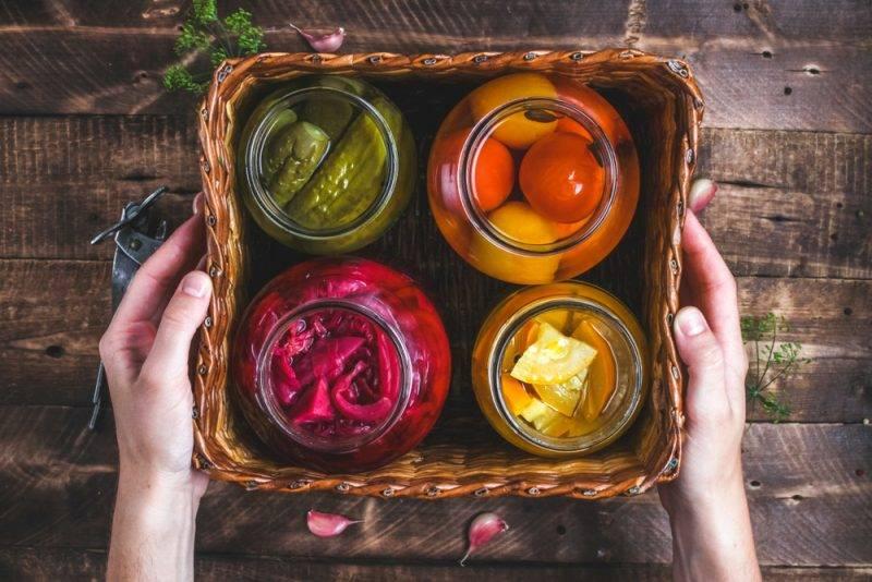 Хрустящие маринованные огурцы на зиму — 10 самых вкусных и очень простых рецептов в банках с фото пошагово