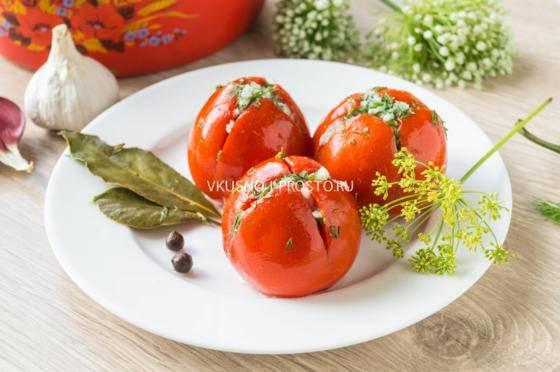 Маринованные помидоры с базиликом.
