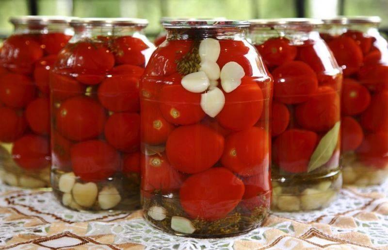 Быстрые маринованные помидоры с чесноком и зеленью на закуску