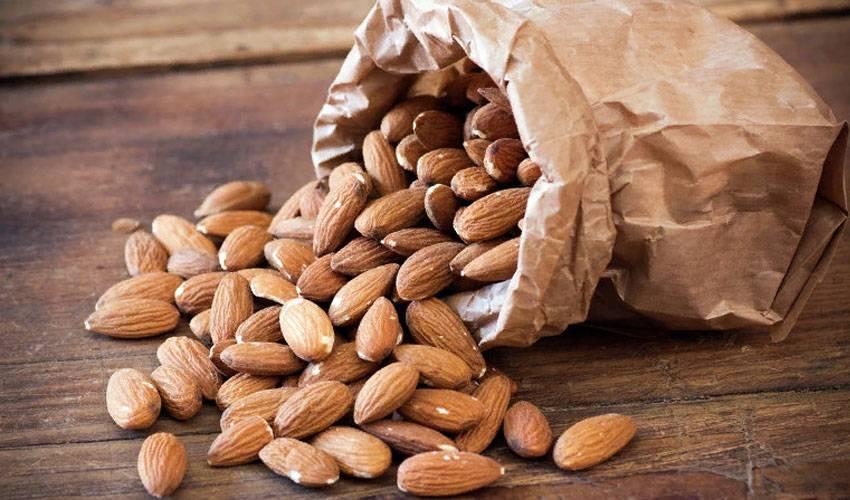 Почему замоченный в воде на ночь миндаль более полезен? на сколько замачивать орех и как правильно есть?