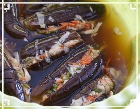 Квашеные баклажаны, фаршированные овощами