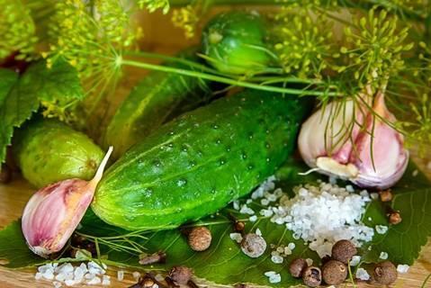 Острые и хрустящие маринованные огурцы на зиму, рецепт с фото