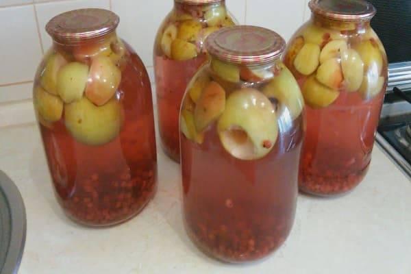 Компот из яблок и смородины в кастрюле