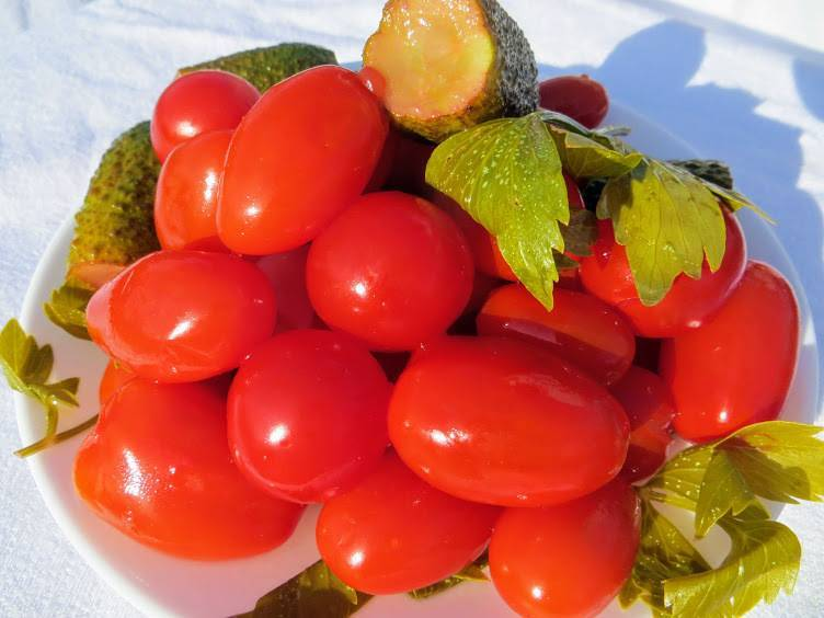 Засолка помидоров с чесноком внутри помидора на зиму: 6 простых рецептов