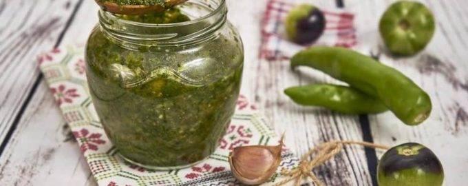 Украшение осеннего стола: свежая аджика из зеленых помидорчиков