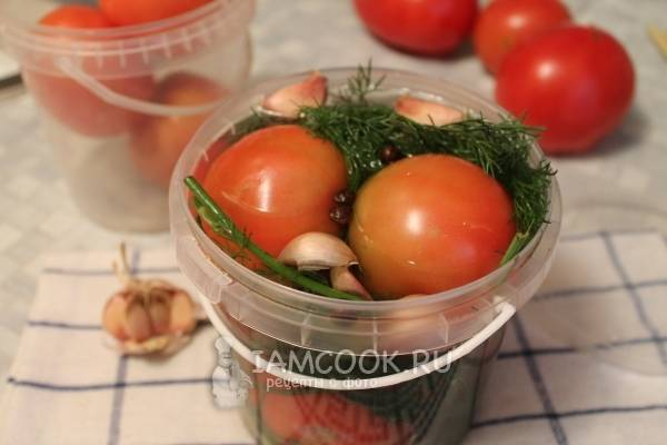 15 простых пошаговых рецептов засолки помидоров на зиму в банках