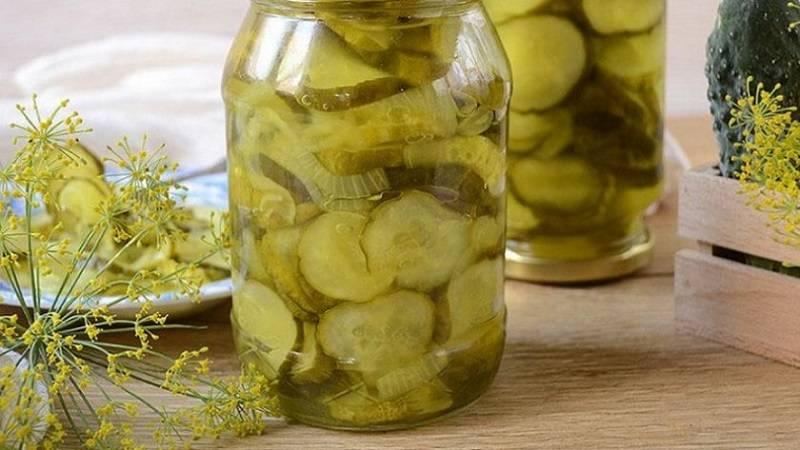 Как солить вкусные и хрустящие огурцы на зиму в банках, бочке: простые рецепты без уксуса и с ним