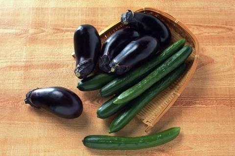 С чем можно или нельзя сажать баклажаны в одной теплице? допустимо ли с помидорами или огурцами?