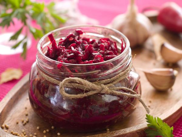 4 рецепта маринованной свеклы в банках с овощами и пряностями