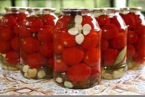Простой рецепт приготовления помидоров десертных с луком на зиму