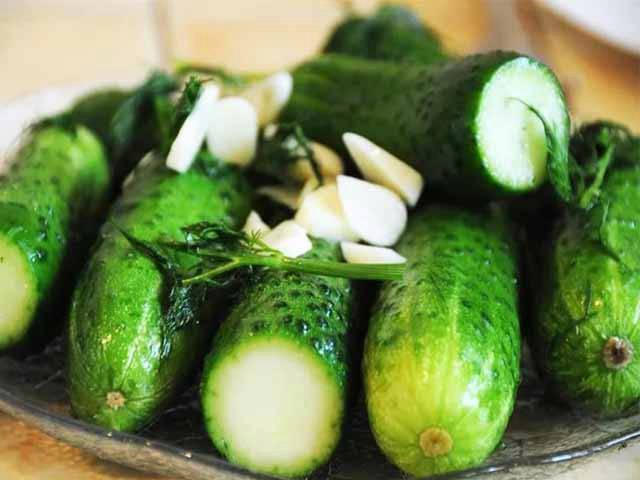 Малосольные огурцы в пакете с чесноком и зеленью – быстрые рецепты за 5 минут