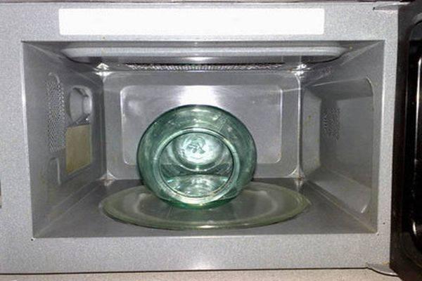 Можно ли и как стерилизовать банки в микроволновке?