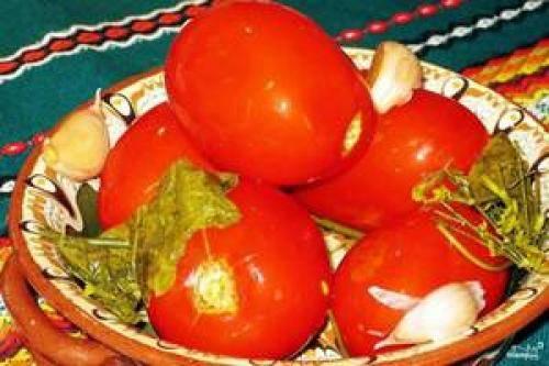 7 простых рецептов, как правильно засолить помидоры в ведре на зиму