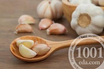 Несколько рецептов маринованного чеснока с красной смородиной на зиму