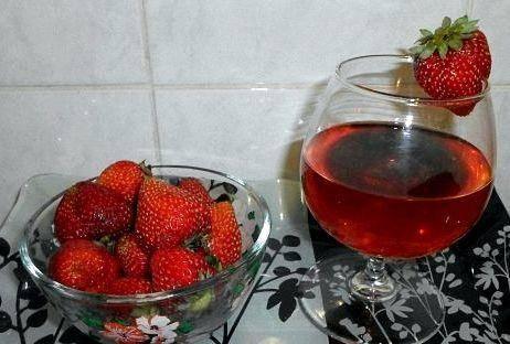 8 простых пошаговых рецептов приготовления вина из клубники в домашних условиях