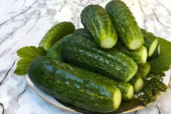 Хрустящие малосольные огурцы холодной водой, рассолом — 5 классических рецептов быстрого приготовления