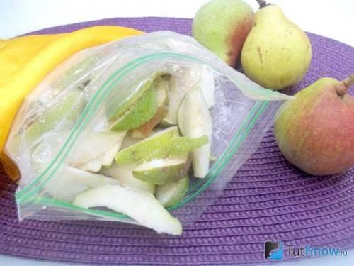 Можно ли заморозить яблоки на зиму в морозилке: как это сделать правильно, как и сколько хранить?
